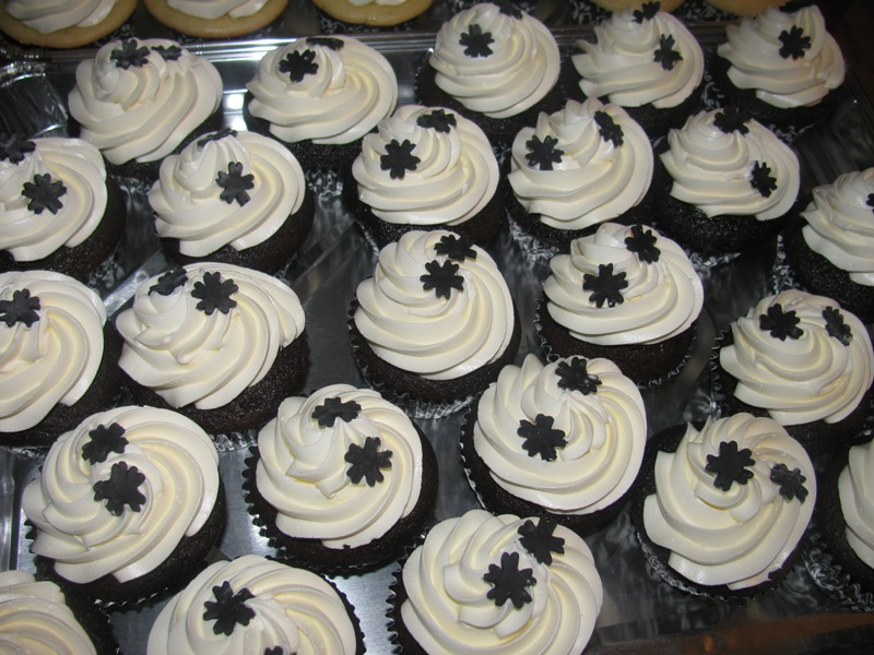 10 Black And White Cakes With Cupcakes Photo - Black and White ...