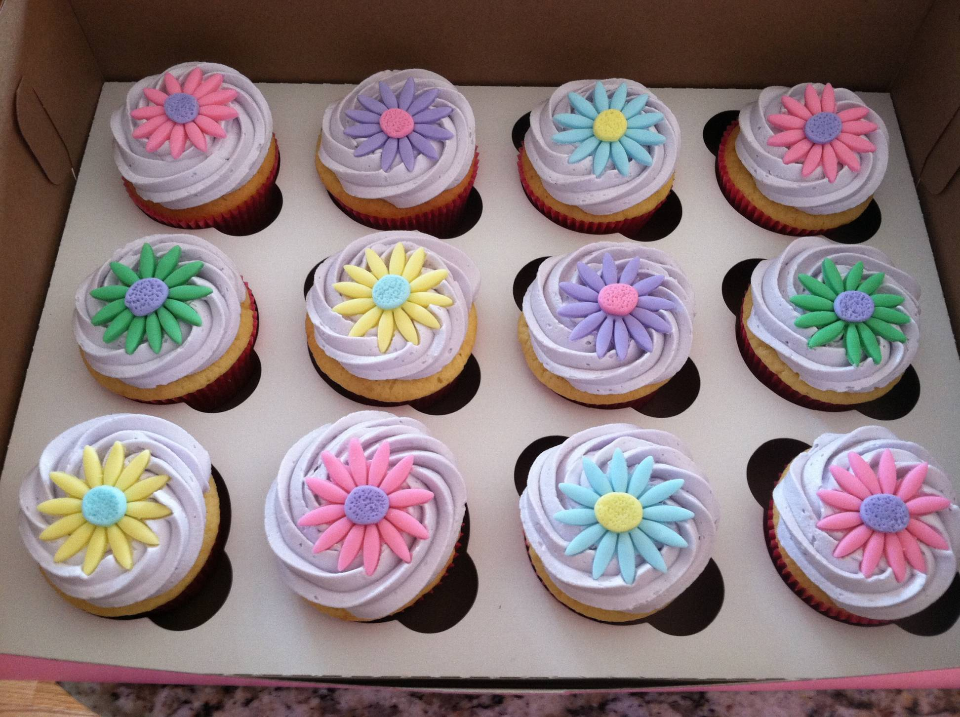 12 Cute Ideas For Frosting Cupcakes Photo Cupcakes On Cupcakes