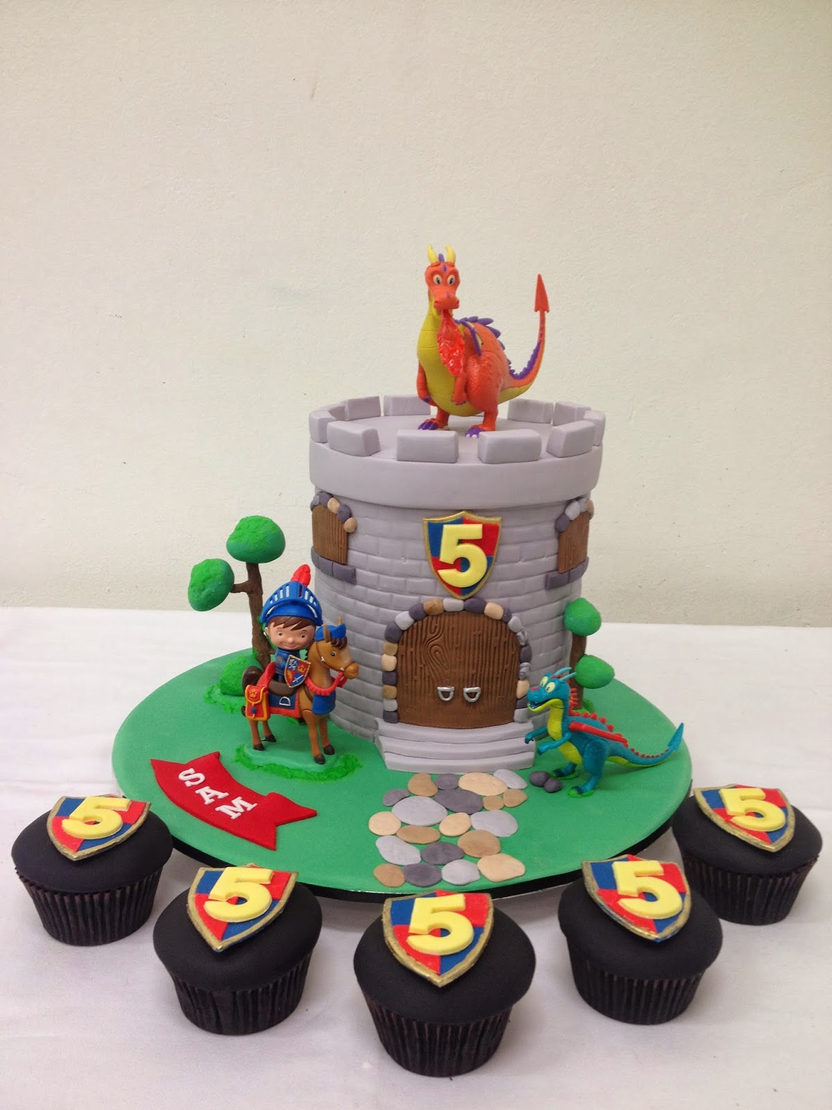 Cool 9 Knight Cakes For Boys Photo Dragon And Knight Birthday Cake Funny Birthday Cards Online Eattedamsfinfo