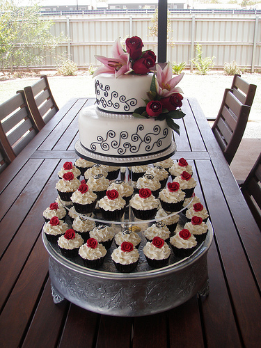 Red White And Black Wedding Cake With Cupcakes