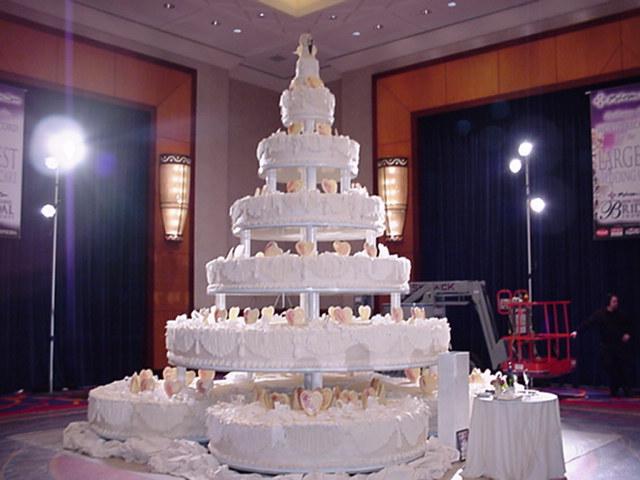 12 Ever Largest Wedding Cakes Photo Worlds Largest Birthday Cake