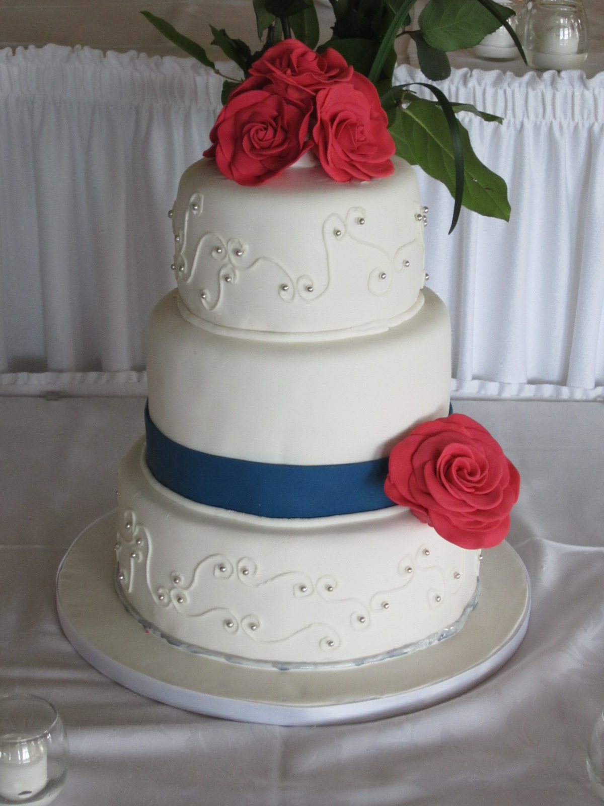 9 Red Roses With Blue And White Wedding Cakes Photo Red And Blue