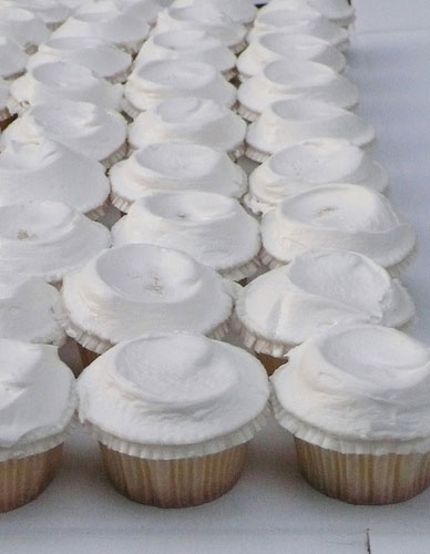 11 simple diy wedding cupcakes photo homemade wedding cake white wedding cake cupcakes solutioingenieria Images