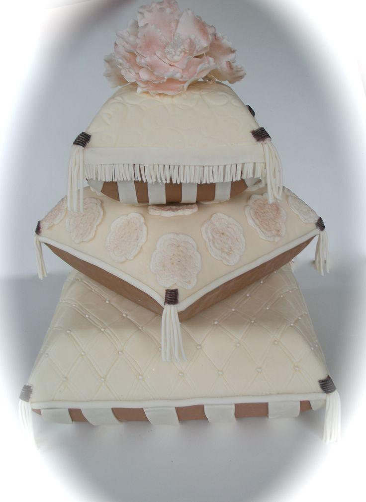 11 pillow like wedding cakes photo pillow wedding cake pillow wedding cake and pillow wedding. Black Bedroom Furniture Sets. Home Design Ideas