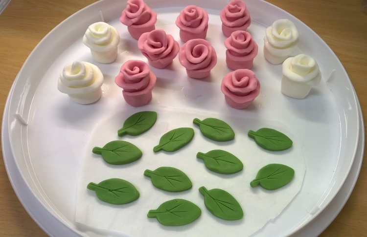 7 Photos of Cakes With Fondant Leaves And Roses