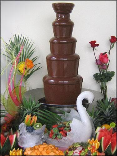 10 Photos of Wedding Cakes With A Chocolate Fountain
