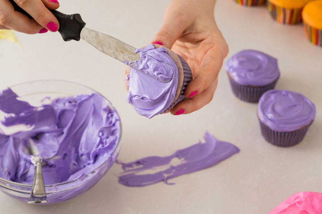 9 Frosting Cupcakes With Knife Photo - Woman Frosting Cupcakes ...