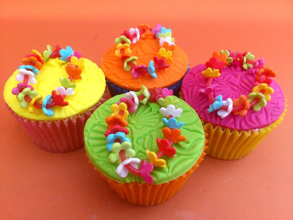 10 Photos of Hawaiian Decorated Cupcakes Cakes