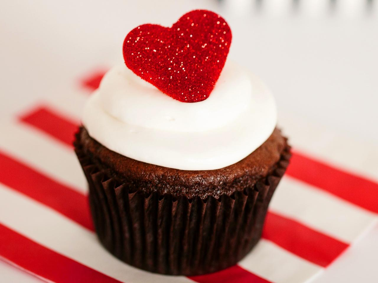 Valentine's Day Cupcakes with Fondant Hearts