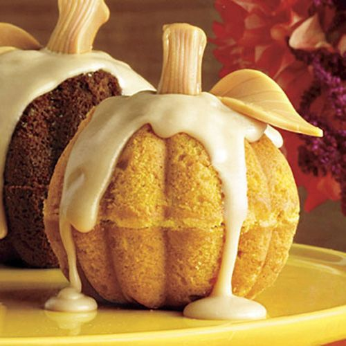 Cute Mini Pumpkin Cake for Thanksgiving