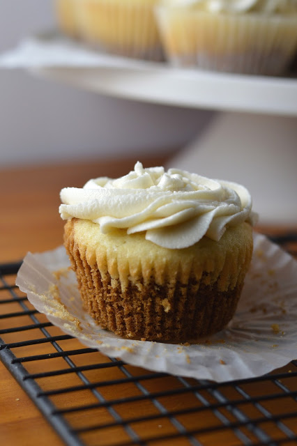 Vanilla Cupcake with Cookie