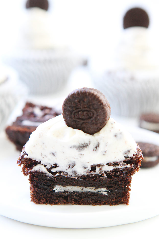 Frosting Cupcakes with Oreo Cookies and Cream