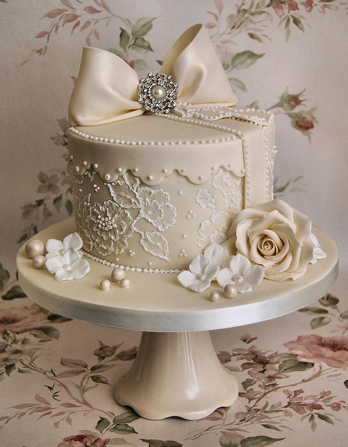 12 Photos of Scalloped Lace And Pearl Vintage Cakes