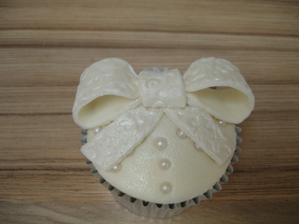 Bows and Pearls Cupcakes