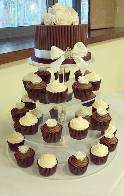 8 Photos of Chocolate And Vanilla Wedding Cupcakes