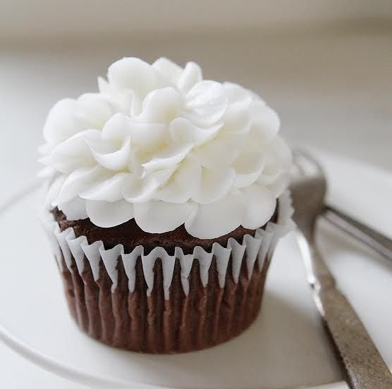 How to Make Buttercream Flowers On Cupcakes