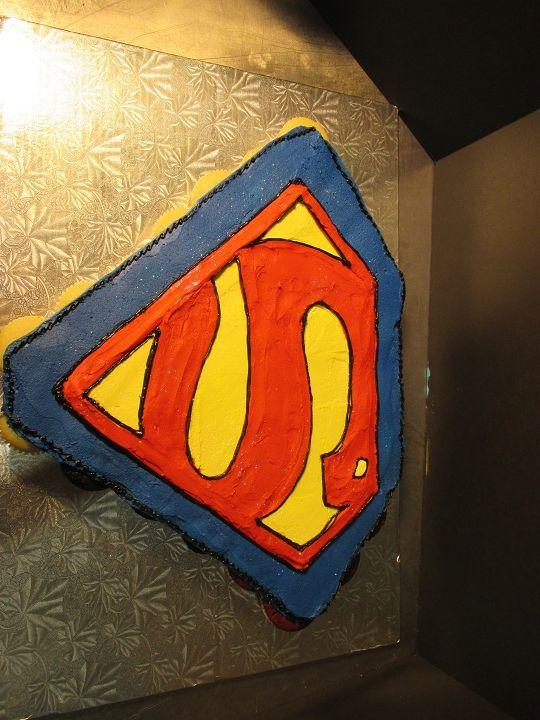 Superman Pull Apart Cupcake Cake