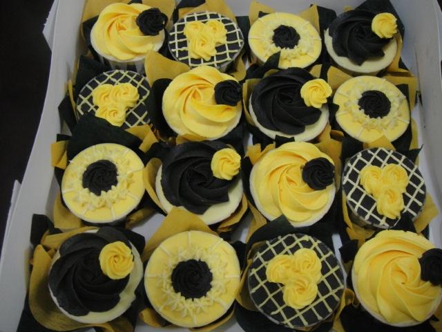 7 Photos of Black And Yellow Graduation Cupcakes