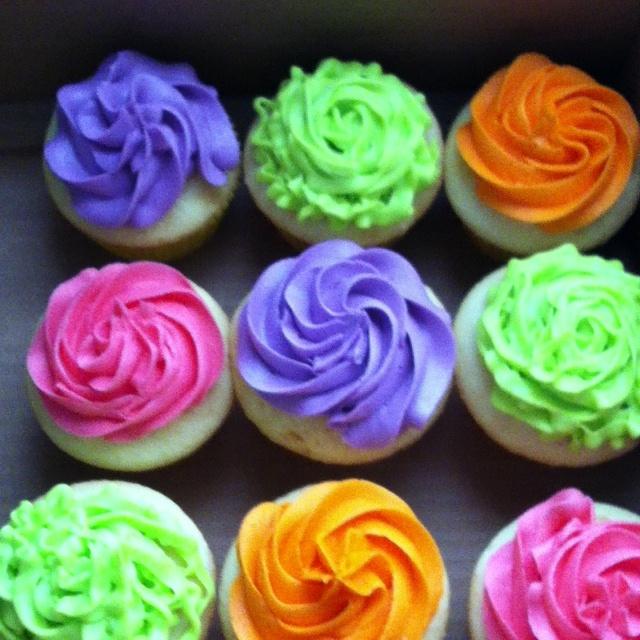 8 Photos of Neon Round Cakes With Cupcakes Around